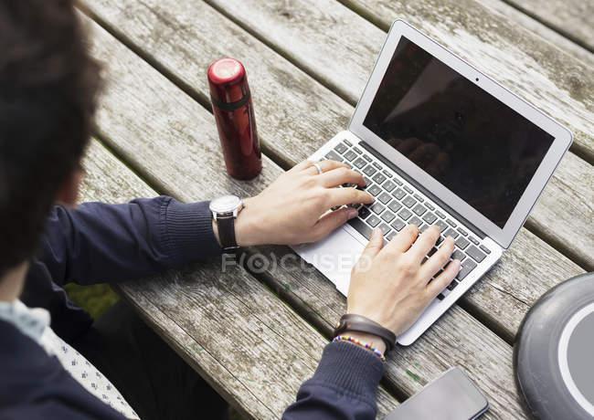 Mann mit Laptop von Kunststoff-Scheibe — Stockfoto