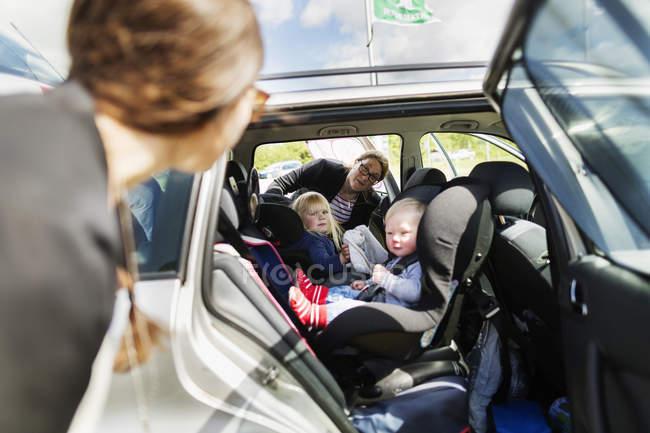 Donne che guardano i bambini — Foto stock