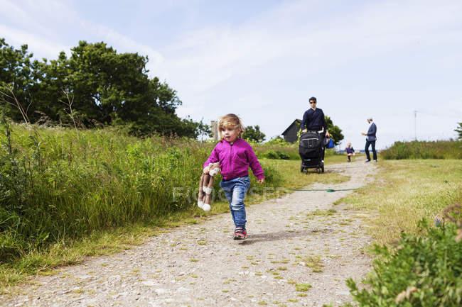 Família e amigos caminhando em campo — Fotografia de Stock