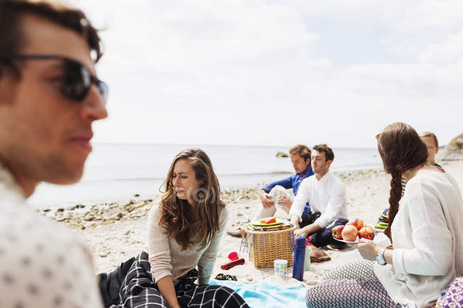 People sitting at beach — Stock Photo