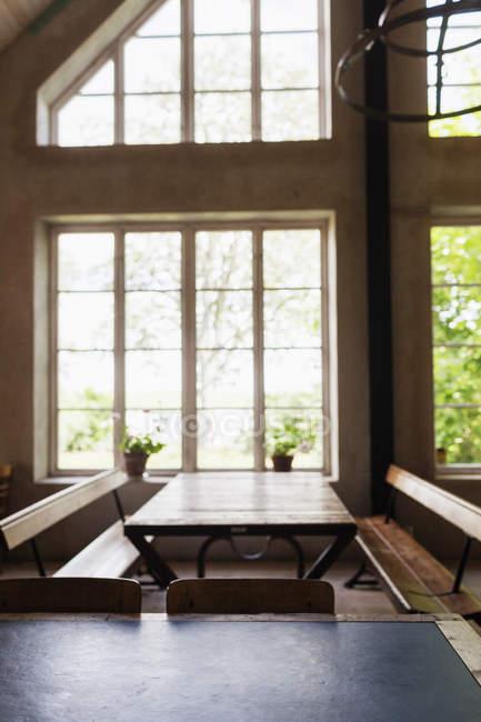 Mesas e bancos em restaurante — Fotografia de Stock
