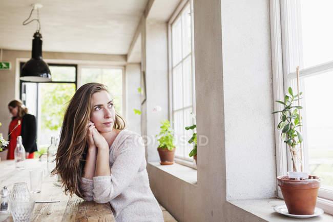 Frau fürsorglich wegsehen — Stockfoto