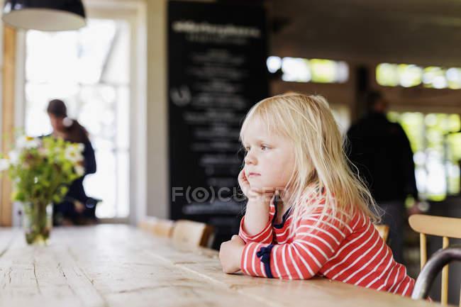 Mädchen sitzend wegschauen — Stockfoto