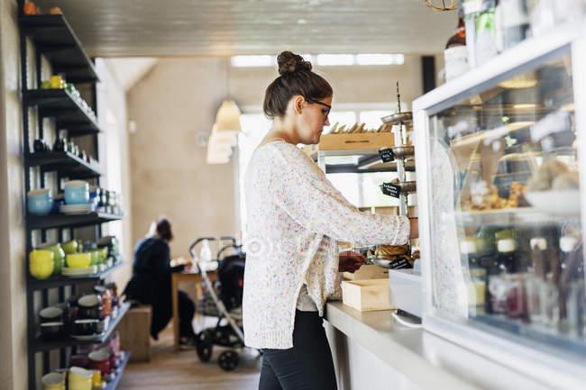 Donna che lavora presso la caffetteria — Foto stock