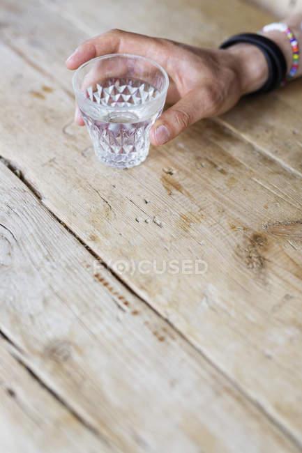 Мужчина держит стакан — стоковое фото