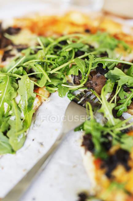 Pizza sulla zolla e forcella — Foto stock
