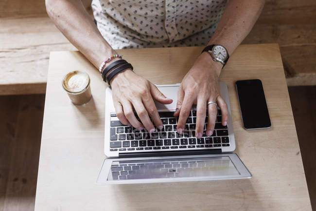 Hombre de negocios usando portátil - foto de stock
