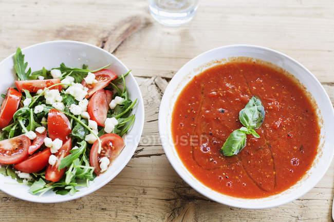 Пластины с суп и салат — стоковое фото