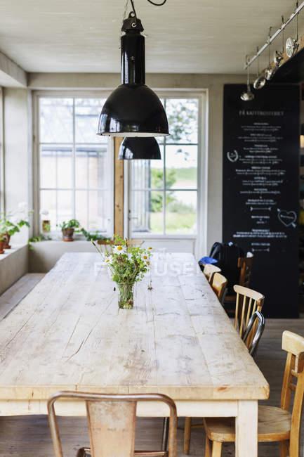 Luzes do pendente sobre a mesa de madeira — Fotografia de Stock