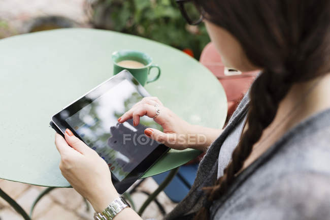 Woman working on tablet in coffee break — Stock Photo