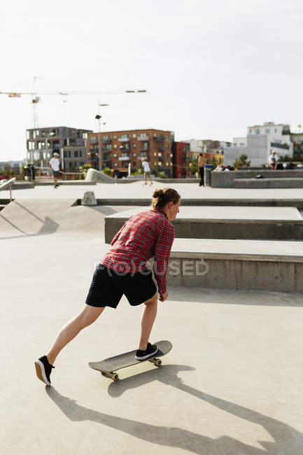 Woman doing skate trick in park — Stock Photo