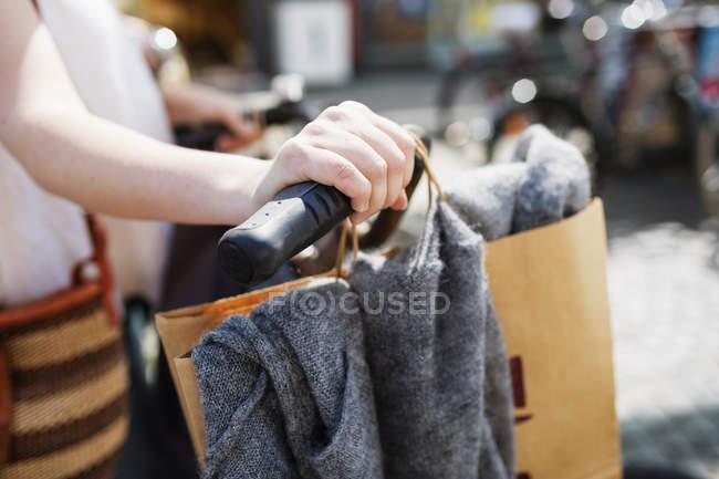 Manubrio da donna in bicicletta — Foto stock