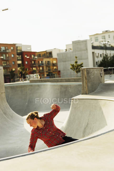 Woman riding skateboard — Stock Photo
