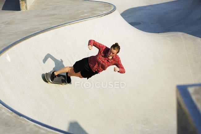 Mulher skate na rampa — Fotografia de Stock