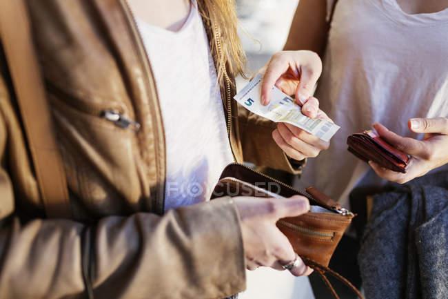 Frau mit fünf-Euro-banknote — Stockfoto