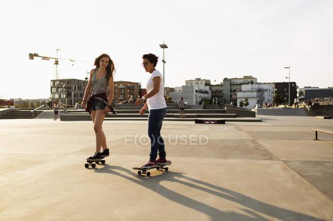 Weibliche Skateboarder Reiten im Skate-park — Stockfoto