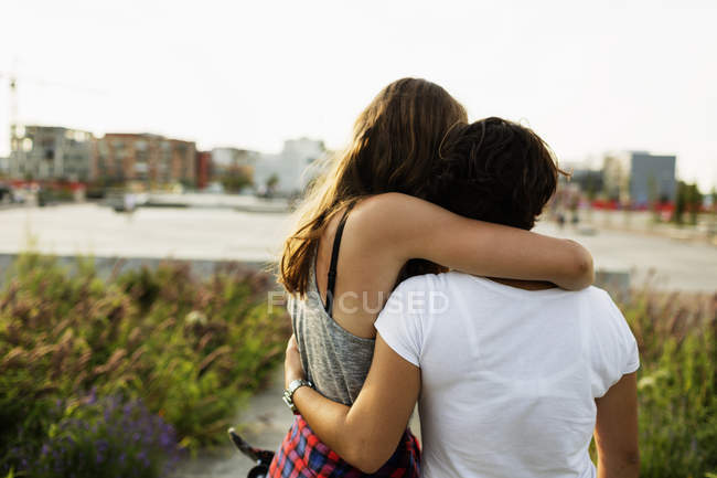 Female friends embracing at skateboard park — Stock Photo