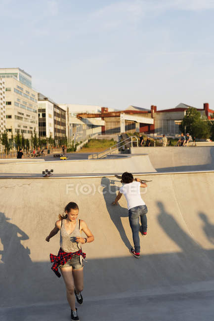 Friends walking on ramp at skate park — Stock Photo