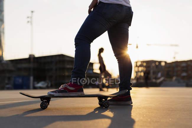 Teenage girl skateboarding in skatepark — Stock Photo