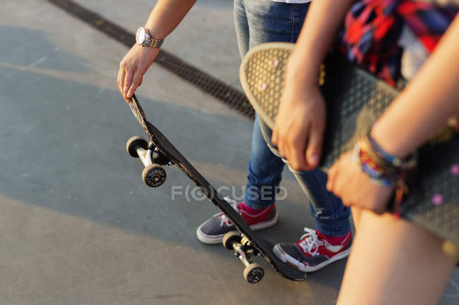 Girls with skateboards at skate park — Stock Photo