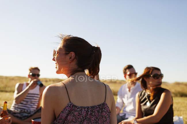 Freunde genießen Picknick auf Feld — Stockfoto
