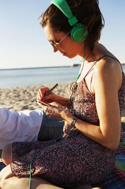 Женщина и мужчина лежат на пляже — стоковое фото