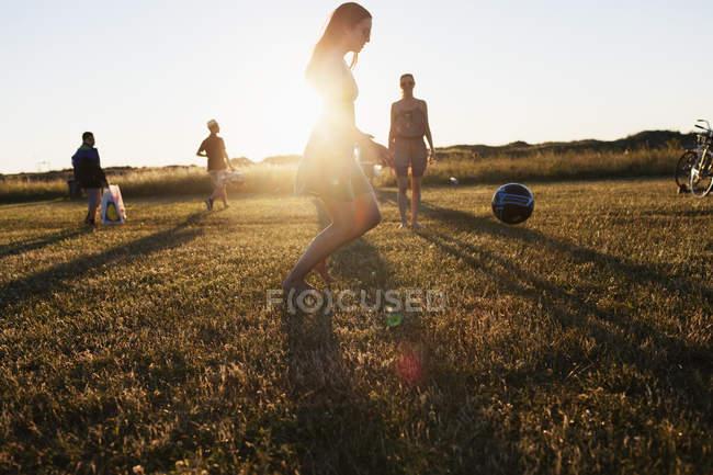 Freunde spielen Fußball auf dem Feld — Stockfoto