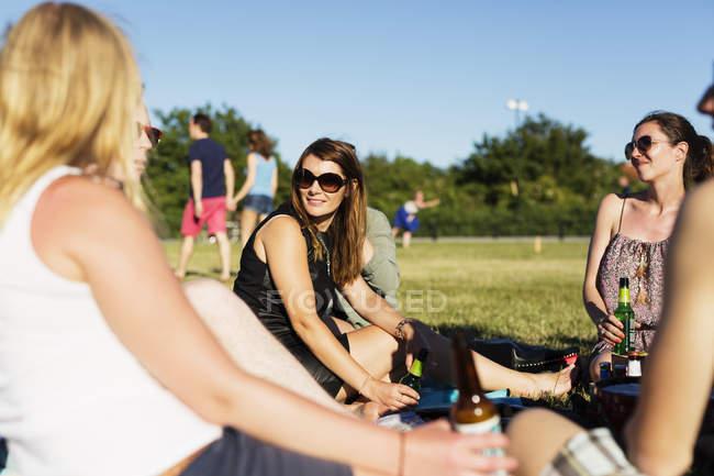 Freunde genießen Picknick — Stockfoto