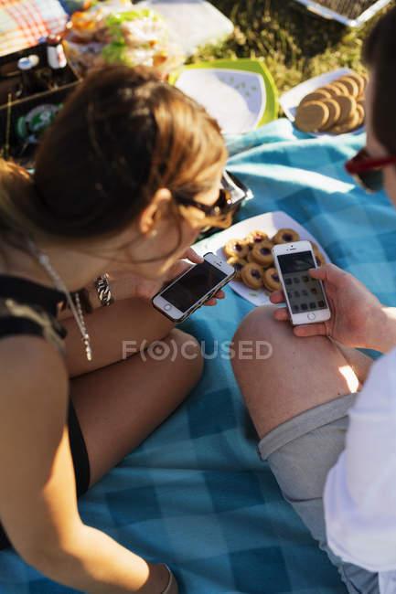 Людина показує мобільного телефону до жінки — стокове фото