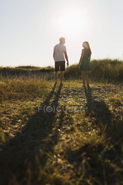 Coppia in piedi sul campo erboso — Foto stock