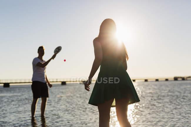 Casal jogando tênis no shore — Fotografia de Stock
