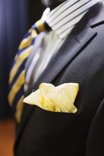 Желтый платок в карман костюма — стоковое фото