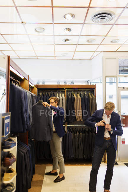 Sales clerk and customer — Stock Photo