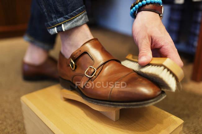 Cliente usando escova no sapato — Fotografia de Stock