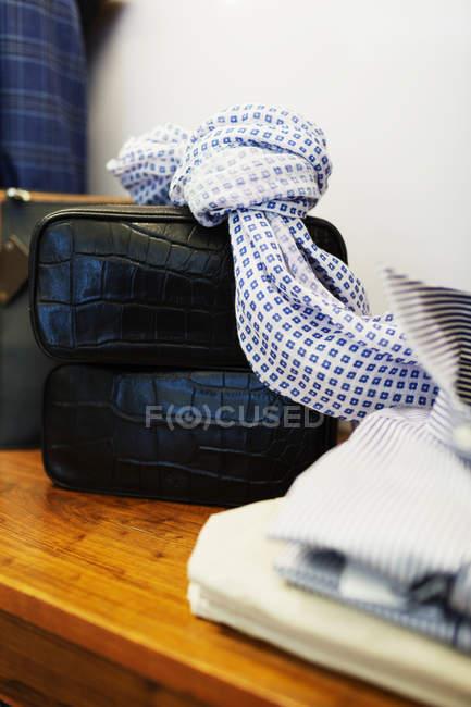 Sciarpa e borsa in pelle nera sul tavolo — Foto stock