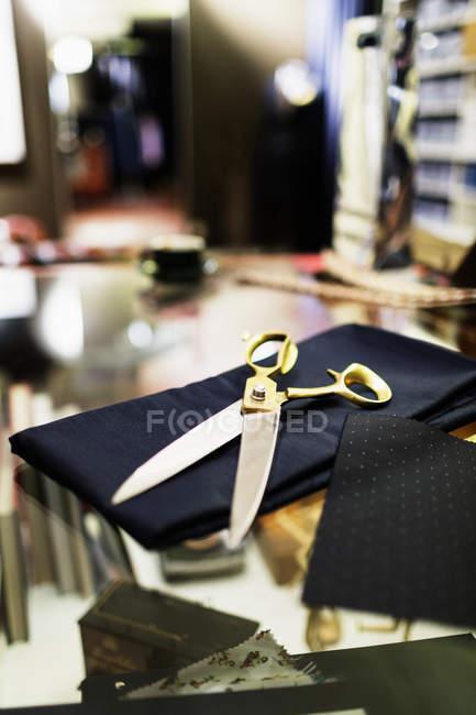 Ножиці по тканині в магазин одягу — стокове фото