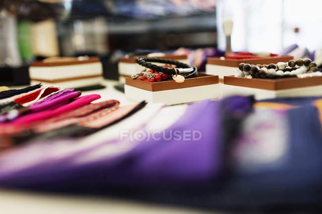 Cravates et bracelets affichées dans la salle d'exposition — Photo de stock