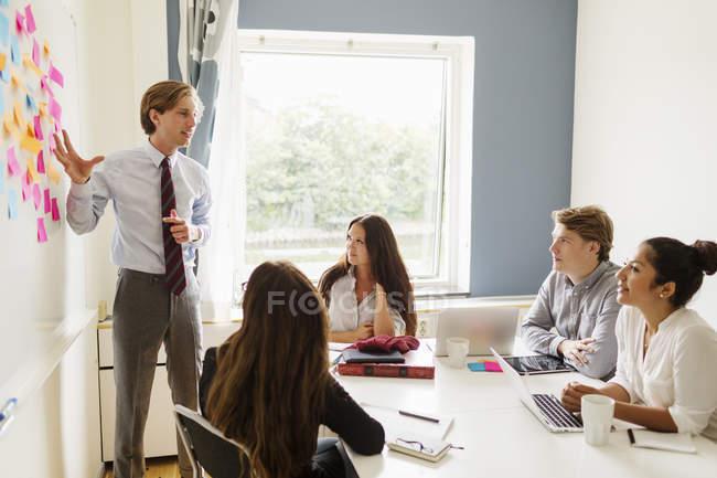 Бизнесмен объясняет стратегию — стоковое фото