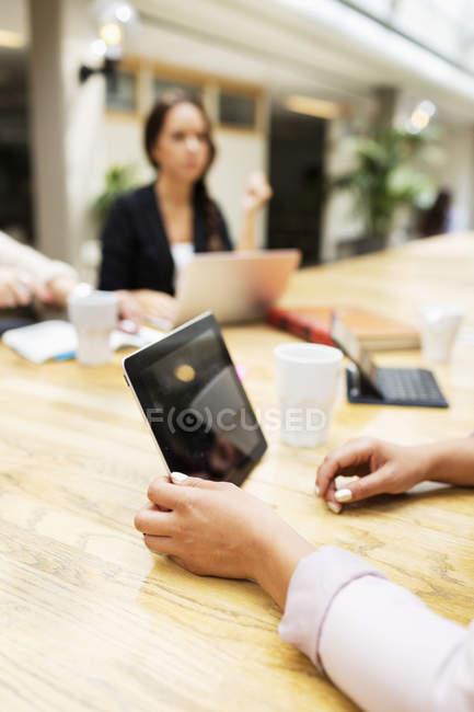 Donna d'affari in possesso di tablet digitale — Foto stock