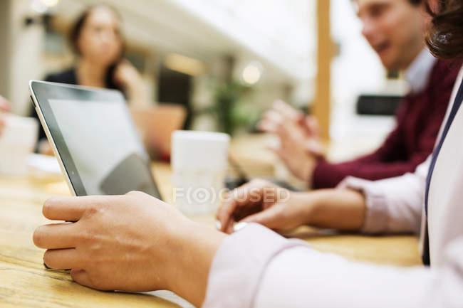 Empresaria sosteniendo tableta digital - foto de stock