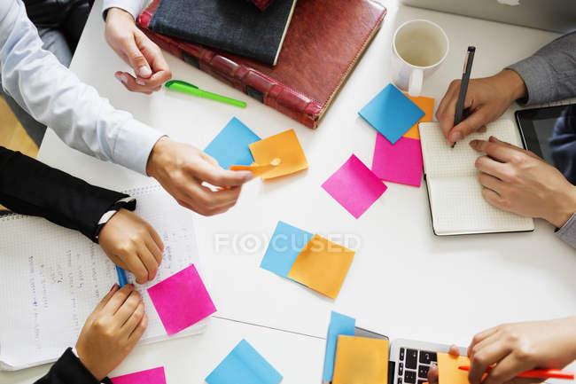 Les hommes d'affaires analysant les notes — Photo de stock