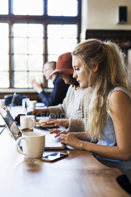 Female freelancers working at cafe — Stock Photo