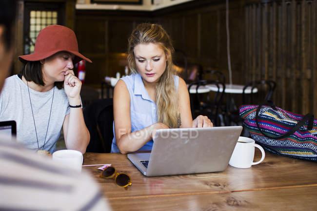 Фрилансеров, используя ноутбук — стоковое фото
