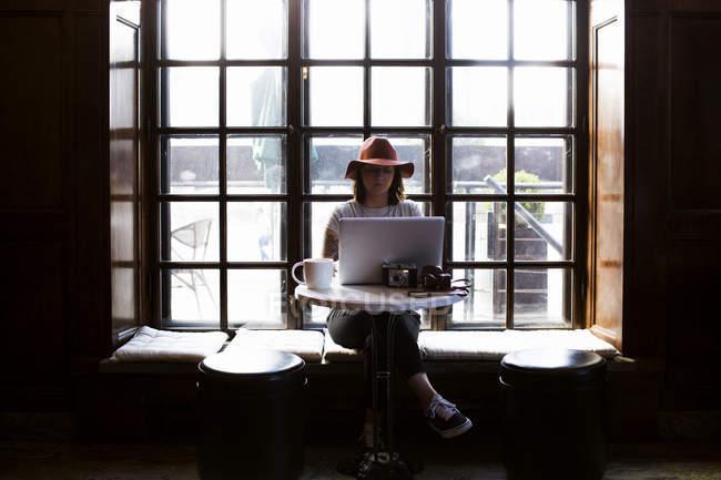 Female freelancer using laptop — Stock Photo