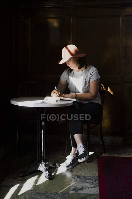 Freelancer working at table in cafe — Stock Photo