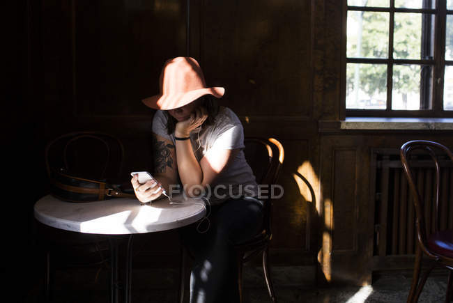 Female freelancer using smart phone — Stock Photo