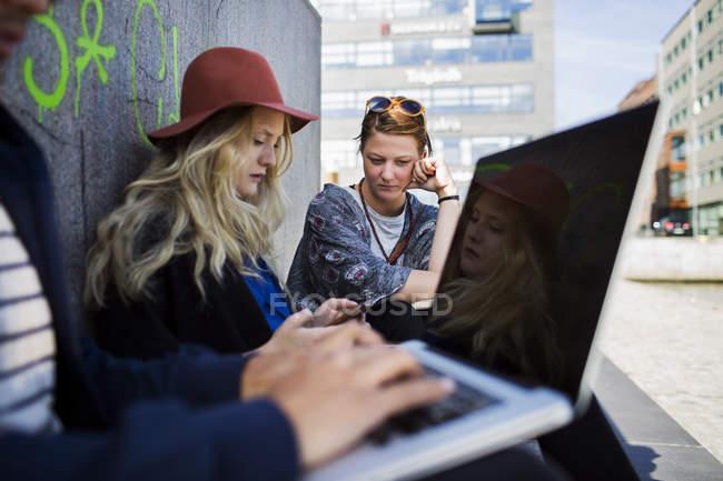 Freelance che utilizzano laptop e smartphone — Foto stock