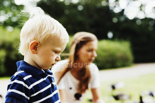 Mignon garçon avec mère dans le parc — Photo de stock