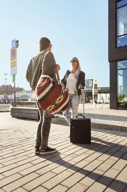 University students with luggage standing in city — Stock Photo