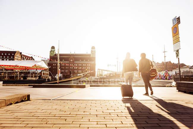 Estudantes universitários com bagagem andando na rua da cidade — Fotografia de Stock